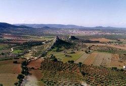 Vista aérea de Navahermosa y su castillo. Montes de Toledo