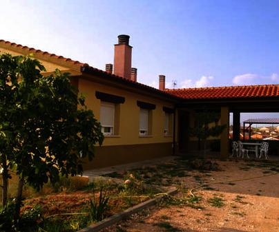 Apartamentos Turísticos La Bodega del Abuelo. Entrada desde jardín