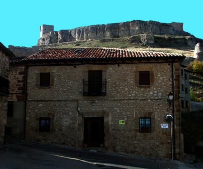 Casa Rural Fonda del Molinero, en Atienza (Guadalajara). Fachada y Castillo