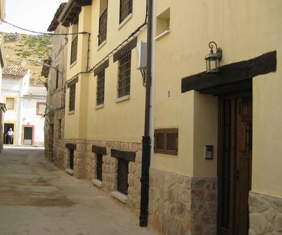 Fachada de los Apartamentos Rurales Esencias de la Alcarria en Hueva (Guadalajara)