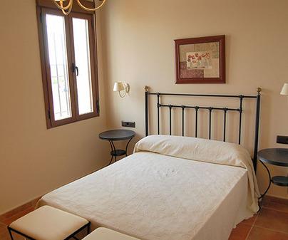 Habitación matrimonio de Casa Rural Huerta el Tranquillón en Casas de los Pinos (Cuenca)