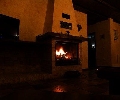 Salón con chimenea de la Casa Rural Robledo Teresa - Casas Rurales Vía Verde