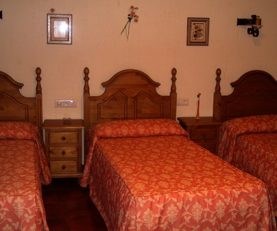 Habitación de tres camas de Casa Rural Leandro Mata García en Torre de Juan Abad (Ciudad Real)