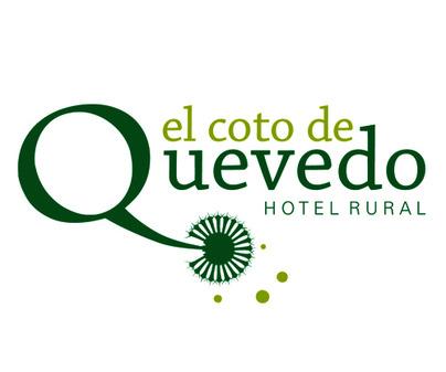 Bonito nombre y logo del Hotel Rural Coto de Quevedo en Torre de Juan Abad (Ciudad Real)