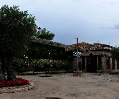 Restaurante Cigarral de Hierbabuena, jardin de entrada al comedor